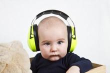 Penggunaan penutup telinga bayi saat naik pesawat adalah untuk mengurangi rasa tak nyaman akibat perubahan tekanan udara