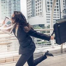 Perempuan kantoran sedang berlari