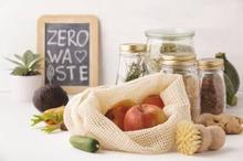 Membawa tas belanja sendiri merupakan salah satu langkah untuk menerapkan prinsip zero waste