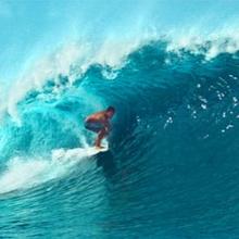 Melakukan olahraga selancar air bisa menguatkan otot-otot tubuh
