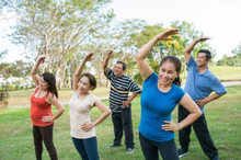 Anggota kelompok lanjut usia sedang berolahraga gerakan senam lansia.