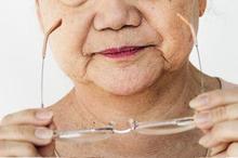Penggunaan kacamata dapat membantu mengatasi rabun dekat