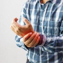 Perbedaan rematik dan asam urat bisa dilihat dari penyebab dan gejalanya