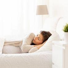 Tidur miring bisa menjadi pilihan posisi tidur ibu hamil dengan plasenta previa yang tepat