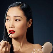 Cara pakai lipstik yang benar perlu dilakukan oleh orang-orang yang gemar merias wajah