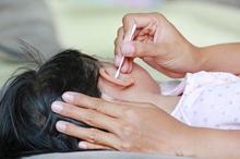 Cara membersihkan telinga anak yang aman