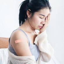 Cara mengatasi demam setelah vaksin adalah dengan beristirahat, minum air putih, dan mengonsumsi paracetamol