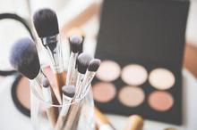 Cara membersihkan kuas make up tidak hanya menjaga alat make up agar tetap bersih