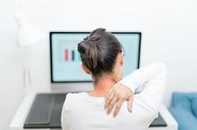 Tengkuk sakit dapat muncul akibat terlalu sering membungkuk