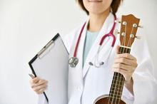 Terapi musik dapat dilakukan dengan memainkan alat musik