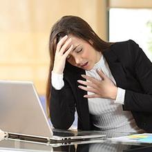 Ketika seseorang mengalami serangan panik, Anda harus tetap tenang agar bisa menolongnya