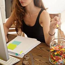 Saat stres seseorang tergoda untuk makan camilan tidak sehat