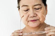 Kacamata baca bisa dijadikan pilihan bagi penderita rabun tua