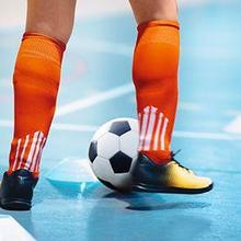 Sepatu futsal untuk lapangan datar, memiliki sol yang juga datar.