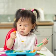 Belajar makan sendiri merupakan tahapan penting dalam perkembangan anak