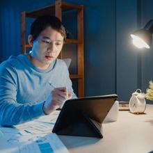 Pencahayaan meja kantor yang tepat dapat membantu menciptakan suasana nyaman untuk kerja