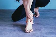 Penyebab tumit bisa bengkak adalah karena stres fisik berulang pada otot-ototnya.