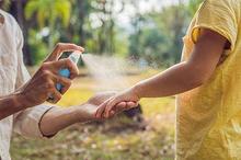 Salah satu pencegahan malaria adalah dengan memakai spray atau losion antinyamuk beberapa kali dalam sehari