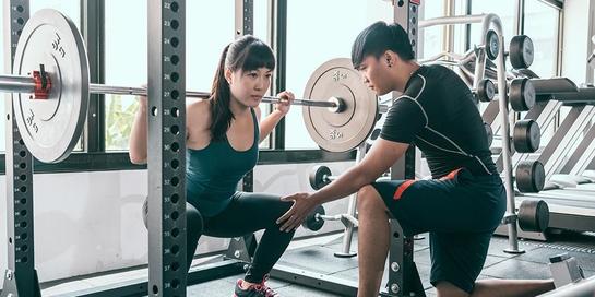 Angkat beban bermanfaat untuk mengurangi lemak, meningkatkan kepercayaan diri, dan mencegah osteoporosis