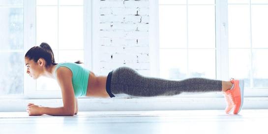 Salah satu latihan perut yang direkomendasikan adalah plank