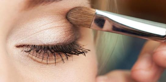 Banyak produk eyeshadow base juga yang mampu menjaga kelembapan mata Anda