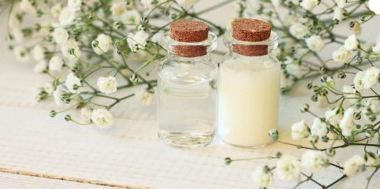 Benzyl alkohol berbentuk larutan tidak berwarna dan berbau sedikit manis