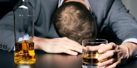 Bahaya alkohol yang perlu diperhatikan adalah dapat menyebabkan kecanduan