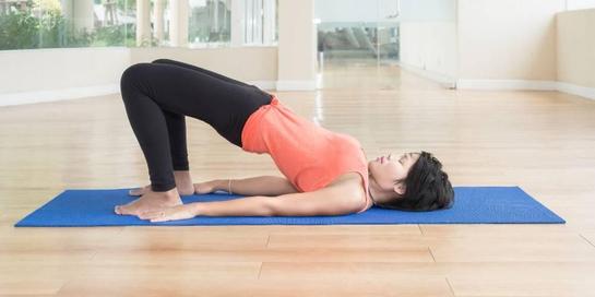 Salah satu latihan otot perut adalah dengan melakukan pose bridge