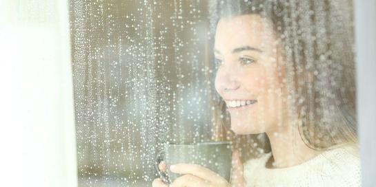 Minuman hangat di musim hujan tak sulit dicari, seperti air jahe, teh hijau, dan kopi kayu manis