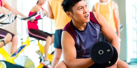 Tips gym untuk pemula yang sangat penting adalah bersosialisasi. Jangan malu untuk bertanya!