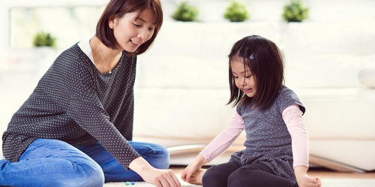 Salah satu permainan untuk membantu anak cepat bicara adalah permainan Simon Berkata