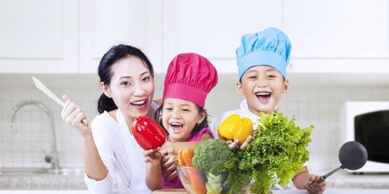 Aktivitas anak selama corona dapat diisi dengan memasak bersama