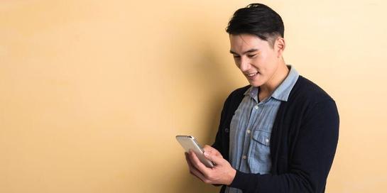 Terlalu sering menunduk untuk menatap layar ponsel tidak baik bagi kesehatan