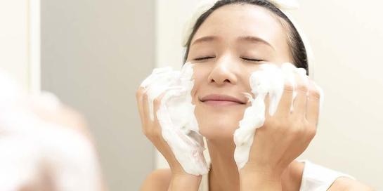 Punya jenis kulit wajah yang berbeda, maka berbeda juga cara merawatnya