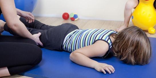 Fisioterapis anak dapat membantu mengatasi keterlambatan perkembangan anak