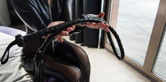 BDSM melibatkan peralatan misalnya cambuk atau kostum untuk fantasi seksual