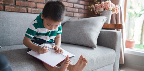 Belajar menulis anak TK bisa dilakukan apabila mereka menunjukkan minatnya