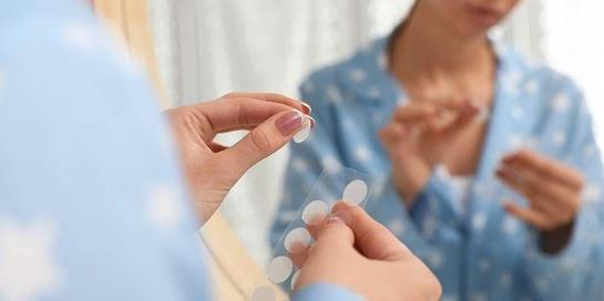 Acne patch atau stiker jerawat adalah salah satu cara mengobati jerawat yang membandel