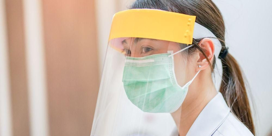 Face shield banyak digunakan oleh sebagian besar orang untuk cegah penularan virus corona saat berada di luar rumah