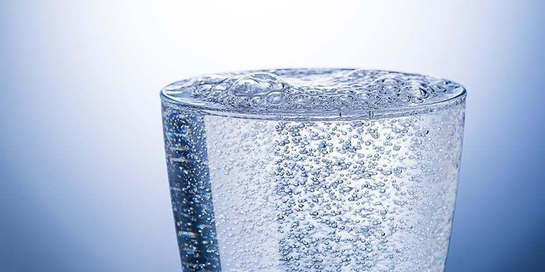 Sparkling water berbeda dari soda