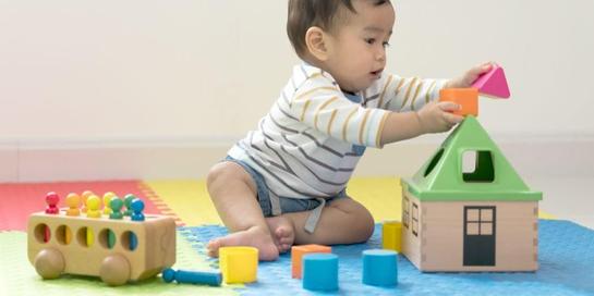 Mainan anak 1 tahun seperti mainan mencocokkan bentuk dapat memberikan keterampilan baru pada anak