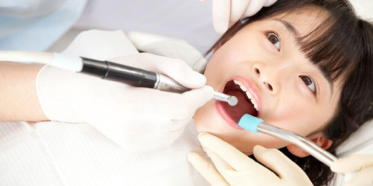 Perawatan gusi bengkak yang disebabkan oleh gingivitis dilakukan dengan pembersihan karang gigi.