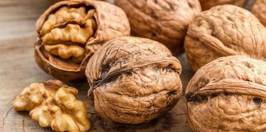 Vitamin F adalah asam lemak ALA dan LA, yang salah satunya terkandung dalam kacang kenari