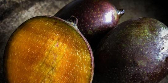 Buah kasturi umumnya berwarna lebih gelap, baik daging dan kulitnya, ketimbang mangga lainnya