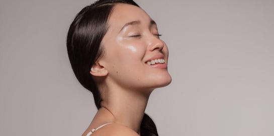 Tren makeup glass skin dapat membuat wajah terlihat bercahaya