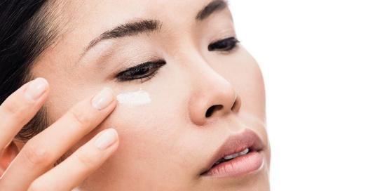 Ada beragam cara menghilangkan kerutan di bawah mata, termasuk dengan menggunakan krim mata untuk melembapkan