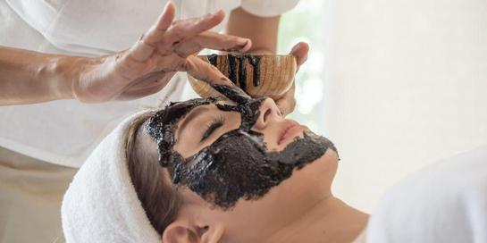 Charcoal mask dianggap memiliki banyak manfaat karena bahannya tergolong alami