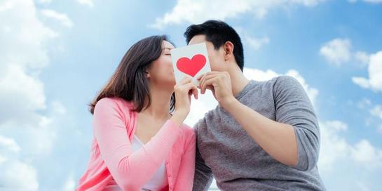 Ciuman menularkan HIV dapat terjadi jika kedua individu memiliki sariawan atau gusi berdarah serta salah satunya menderita HIV