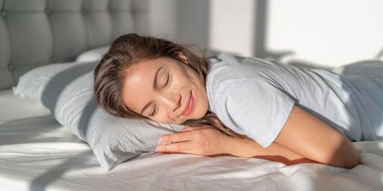 Tidur tengkurap bisa mengubah lengkungan alami tulang belakang hingga menyebabkannya menegang