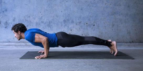 Gerakan vinyasa yoga biasanya diawali dengan plank